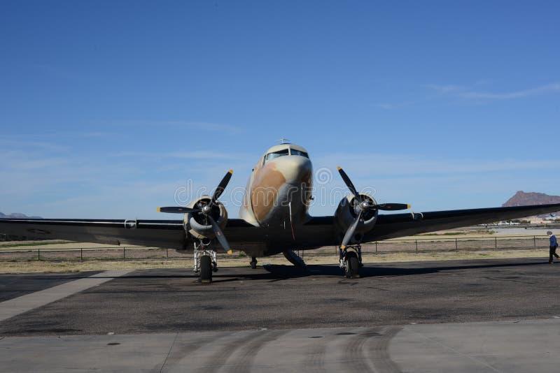 Aeroplano clásico de DC con los motores gemelos fotografía de archivo