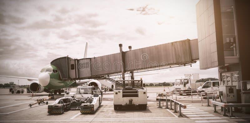 Aeroplano collegato al ponte d'imbarco royalty illustrazione gratis