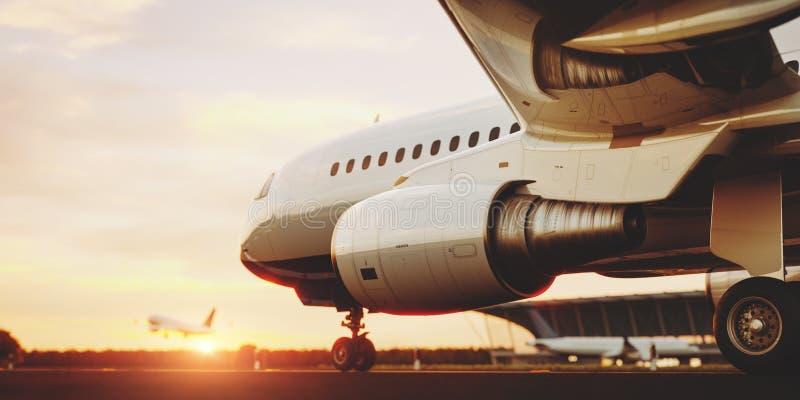 Aeroplano comercial blanco que se coloca en la pista del aeropuerto en la puesta del sol El aeroplano del pasajero está sacando ilustración del vector