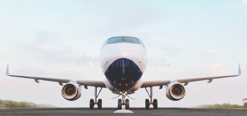 Aeroplano comercial blanco que se coloca en la pista del aeropuerto en la puesta del sol La vista delantera del aeroplano del pas ilustración del vector
