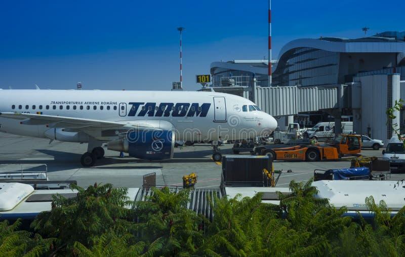 Aeroplano comercial de Tarom en el aeropuerto de Henri Coanda, Bucarest foto de archivo