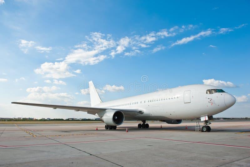 Aeroplano comercial en el aeropuerto fotos de archivo