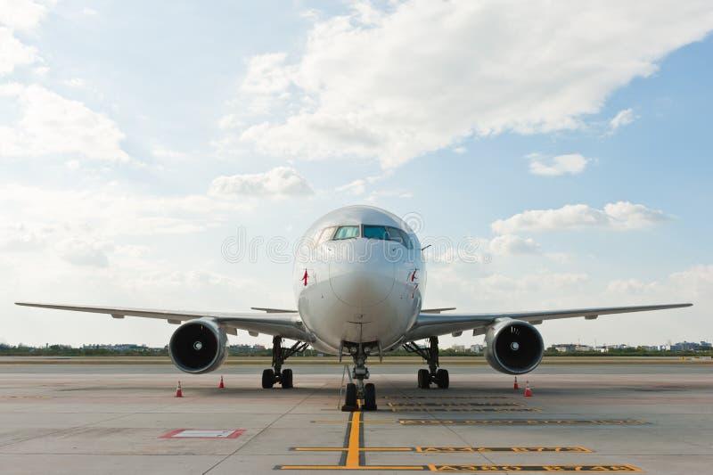 Aeroplano comercial en el aeropuerto fotos de archivo libres de regalías