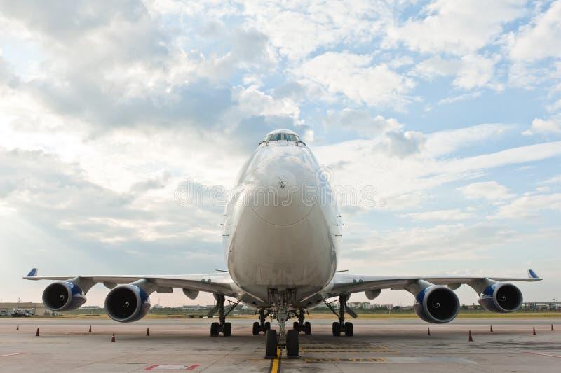 Aeroplano comercial en el aeropuerto imagen de archivo