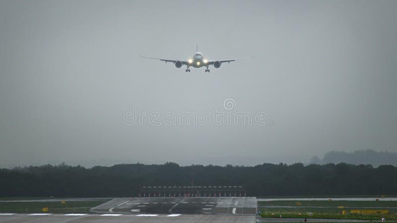 Aeroplano comercial que se acerca al aeropuerto en madrugada fotos de archivo