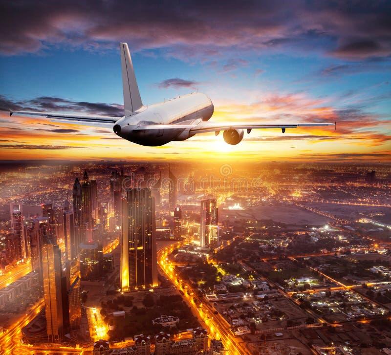 Aeroplano comercial que vuela sobre la ciudad de Dubai imagenes de archivo