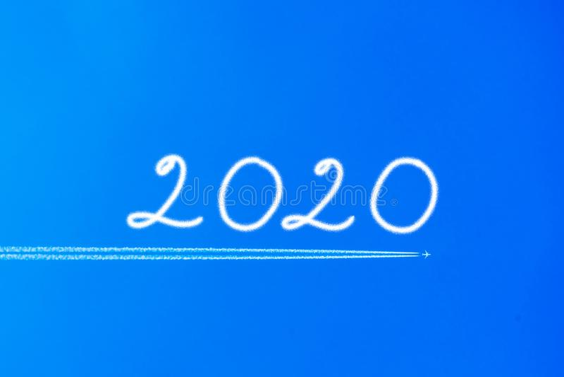 Aeroplano con la estela de vapor en el cielo azul El concepto de libertad, moviéndose adelante Fondo del cielo Adelante a 2020 imagenes de archivo