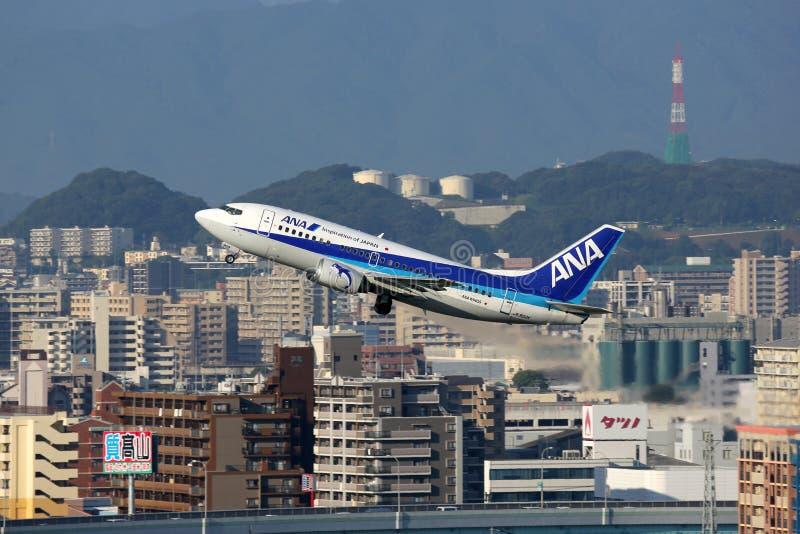 Aeroplano de ANA All Nippon Airways Boeing 737-500 imagenes de archivo