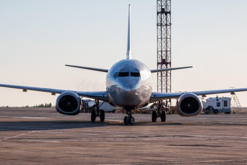 Aeroplano de carreteo de la vista delantera en el delantal del aeropuerto fotografía de archivo