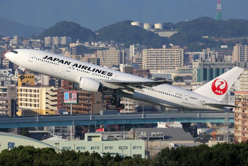 Aeroplano de Japan Airlines Boeing 777-200 imagenes de archivo