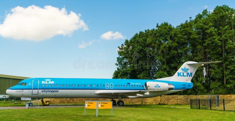 Aeroplano de KLM Cityhopper de Fokker 100 exhibido en el museo del aeroplano de Aviodrome imagen de archivo