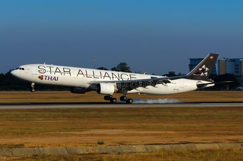 Aeroplano de la librea de Thai Airways International Airbus A330 Star Alliance fotografía de archivo