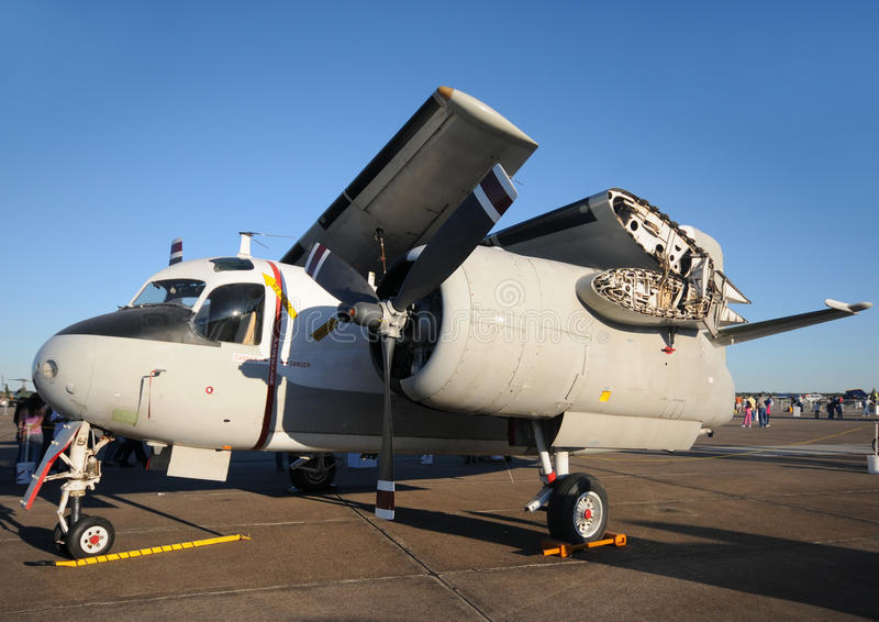 Aeroplano de la marina con las alas plegables imágenes de archivo libres de regalías