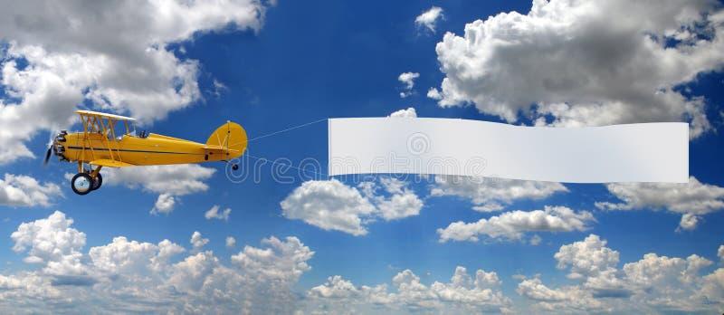 Aeroplano de la vendimia que tira de la muestra imágenes de archivo libres de regalías