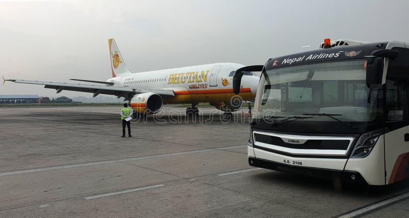 Aeroplano de las líneas aéreas de Bhután que aguarda a pasajeros en el aeropuerto de Katmandu, Nepal foto de archivo libre de regalías