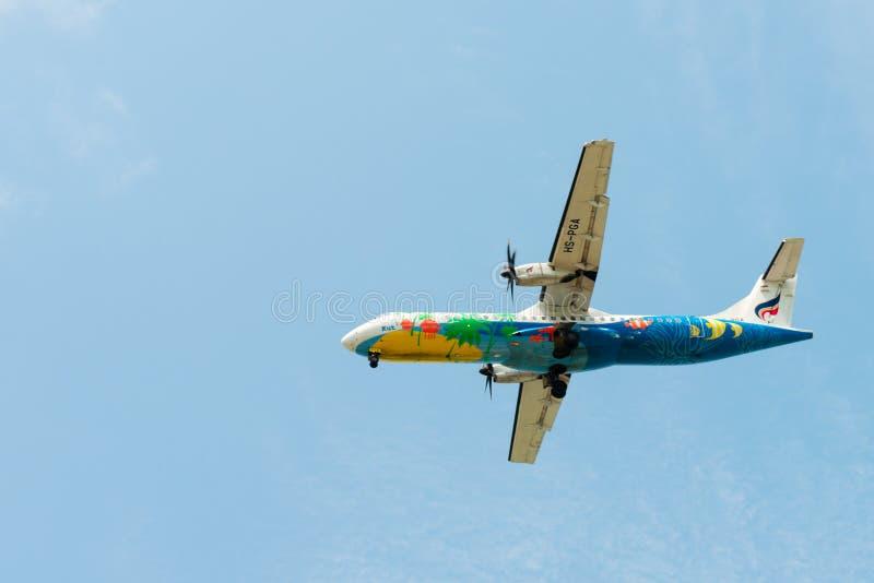 Aeroplano de las líneas aéreas de Bangkok del vuelo en cielo azul limpio imagen de archivo libre de regalías