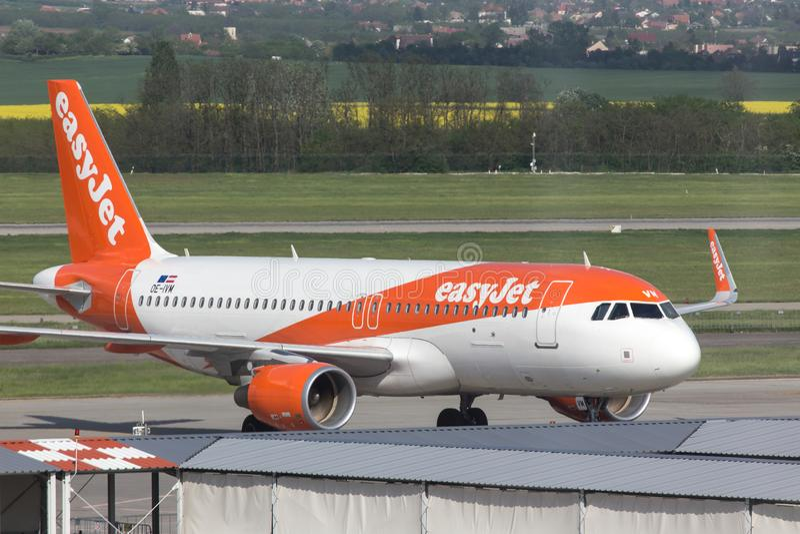 Aeroplano de las líneas aéreas de Easyjet en el aeropuerto Hungría de Budapest imagenes de archivo