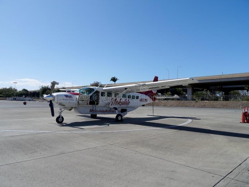 Aeroplano de Mokulele en la pista de despeque fotografía de archivo libre de regalías