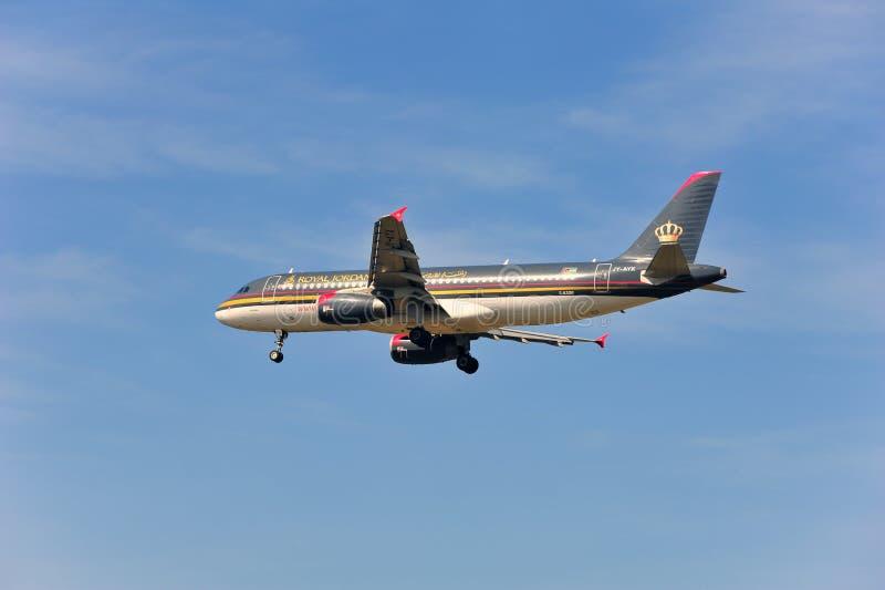 Aeroplano de Royal Jordanian Airlines sobre el aeropuerto de Francfort imagenes de archivo
