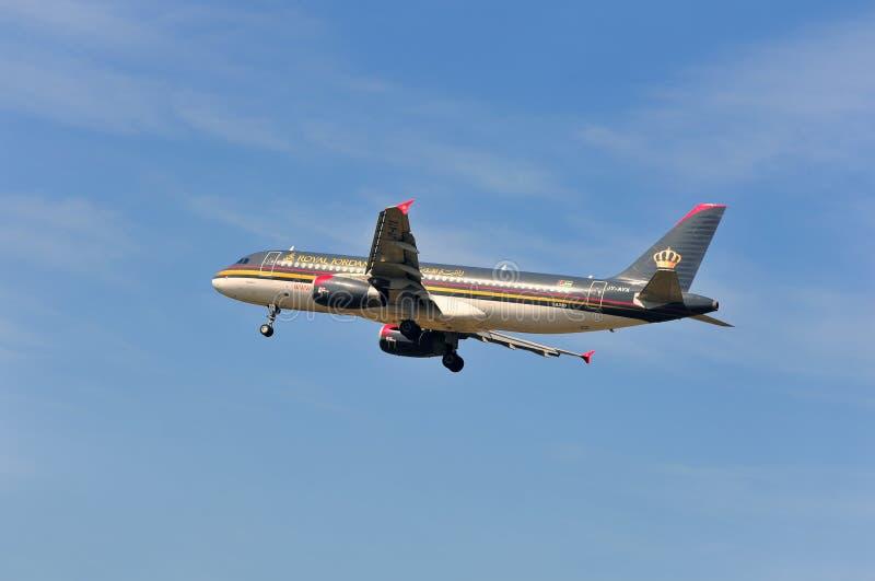 Aeroplano de Royal Jordanian Airlines sobre el aeropuerto de Francfort imagen de archivo