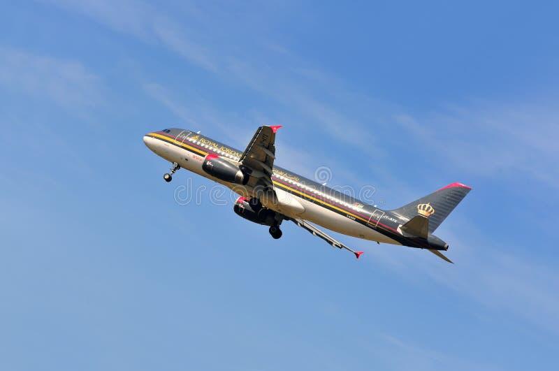Aeroplano de Royal Jordanian Airlines sobre el aeropuerto de Francfort foto de archivo libre de regalías
