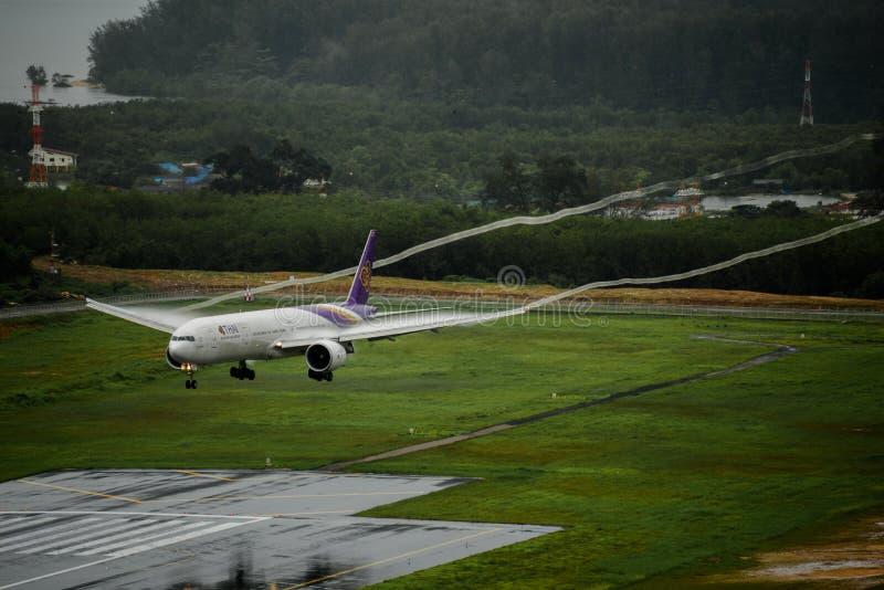 Aeroplano de Thai Airways, Boeing 777-300, aterrizando en el airp de phuket imagen de archivo