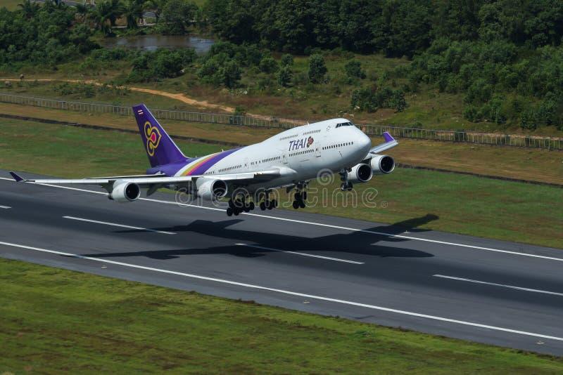 Aeroplano de Thai Airways International Boeing 747-400 aerotransportado imágenes de archivo libres de regalías
