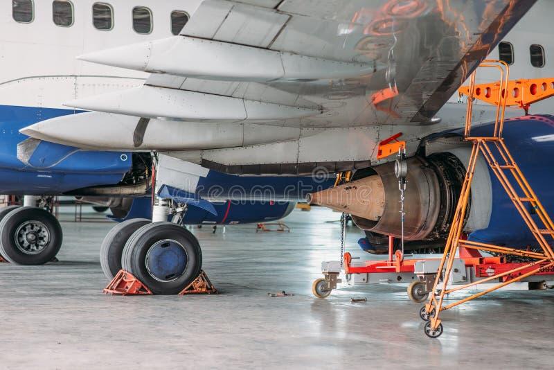 Aeroplano del getto in capannone, ispezione prima del volo fotografia stock