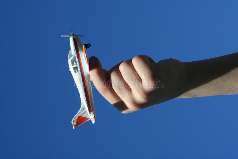 Aeroplano del giocattolo della holding del ragazzo fotografie stock