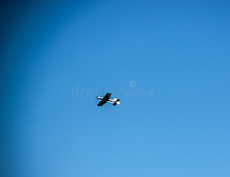 Aeroplano del juguete en el cielo foto de archivo