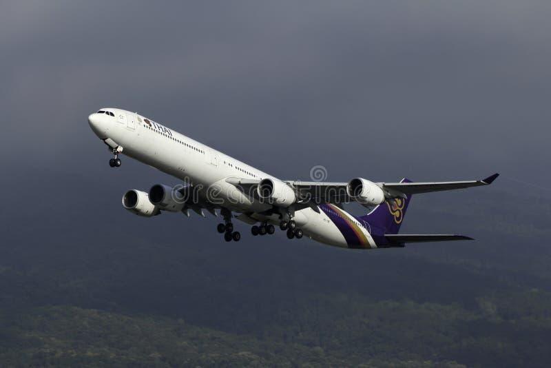 Aeroplano del lanzamiento de Thai Airways International Airbus A340 imagenes de archivo