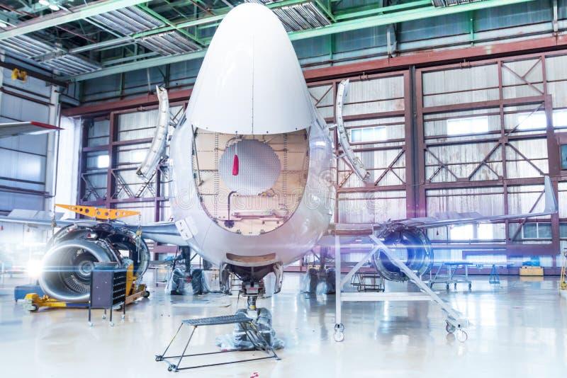 Aeroplano del pasajero bajo mantenimiento Comprobación de los sistemas mecánicos para saber si hay operaciones del vuelo Front Vi fotos de archivo