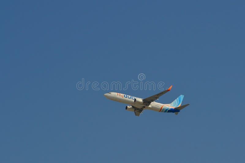 Aeroplano del passeggero che decolla dall'aeroporto fotografia stock