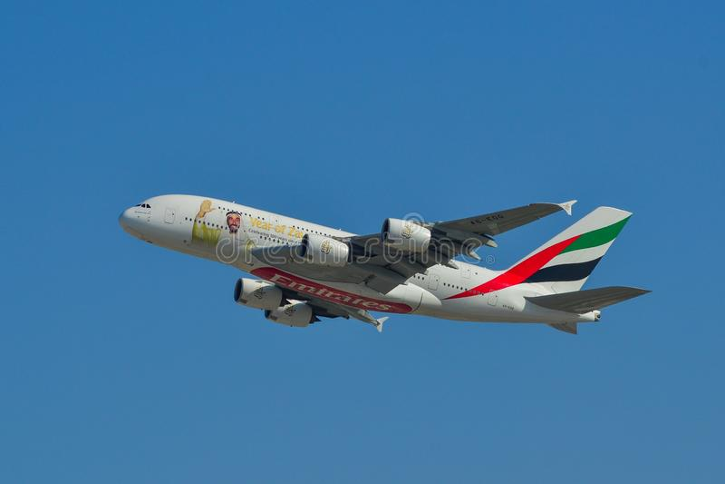 Aeroplano del passeggero che decolla dall'aeroporto immagini stock