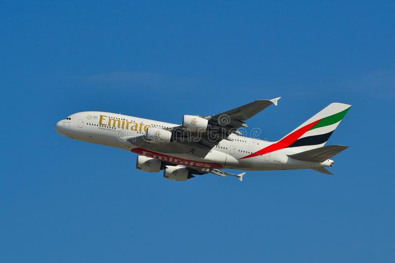 Aeroplano del passeggero che decolla dall'aeroporto fotografia stock libera da diritti