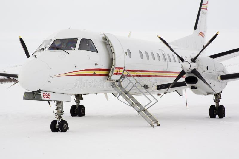 Aeroplano del turbohélice de Saab 340 en el ártico imagen de archivo