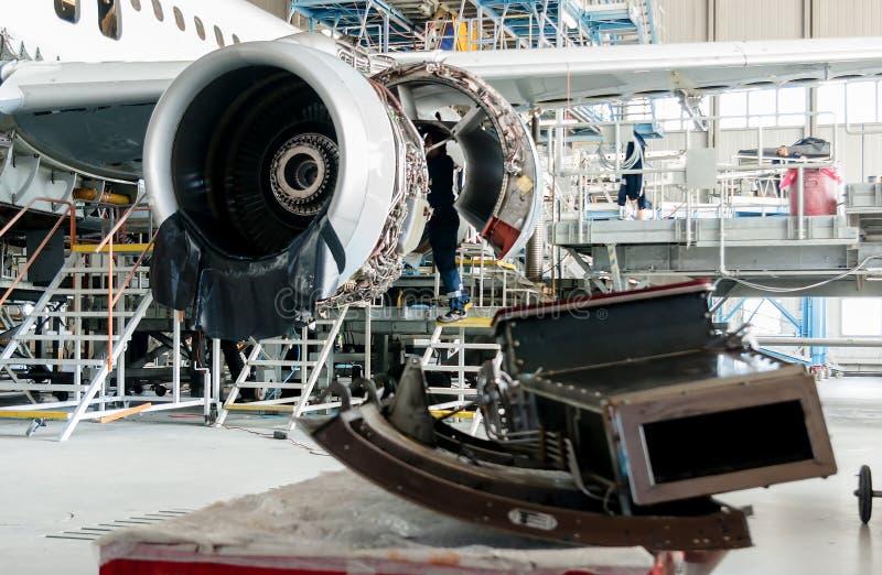 Aeroplano desmontado para la reparación y la modernización en hangar del jet imagen de archivo libre de regalías