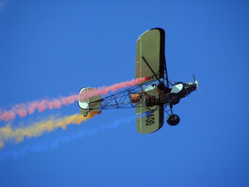 Aeroplano di acrobazia che estrae la bandiera della Romania immagini stock