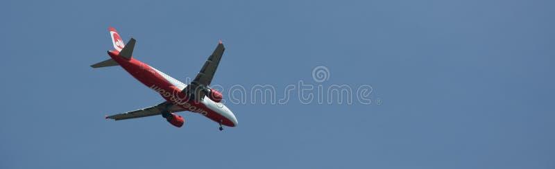Aeroplano di Air Berlin all'approccio di atterraggio all'aeroporto Tegel sopra Berlin Spandau, Germania fotografia stock