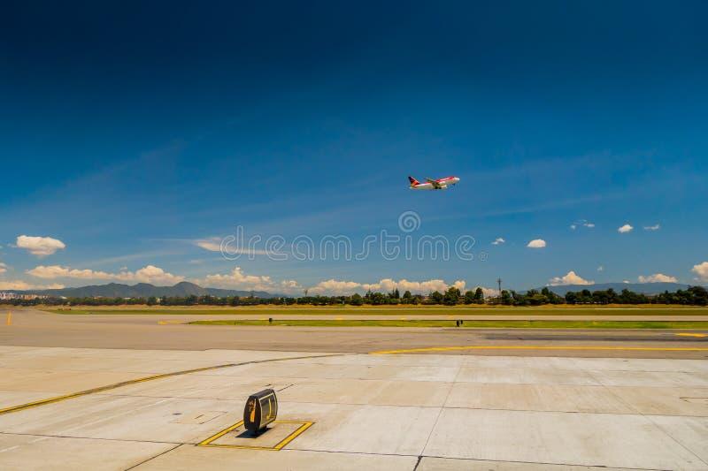 Aeroplano di Avianca di volo di partenza che gira il cielo fotografia stock libera da diritti