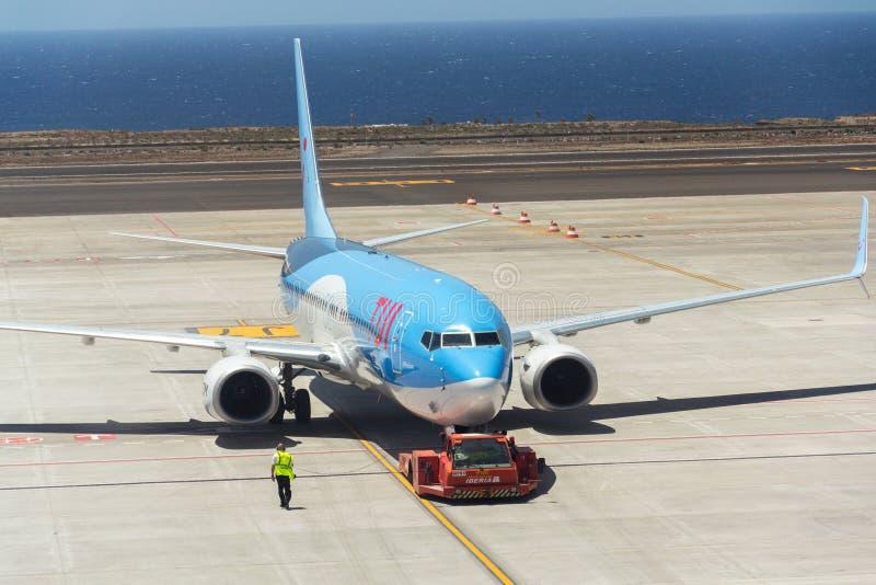 Aeroplano di Boeing 737-800 del volo charter di TUI Airway che prepara per il volo sull'aeroporto immagini stock libere da diritti