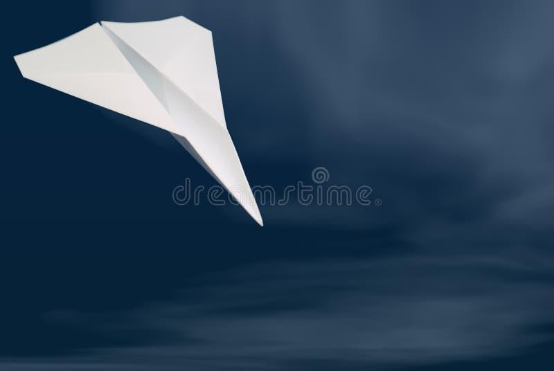 Aeroplano di carta su cielo blu con le nubi fotografia stock