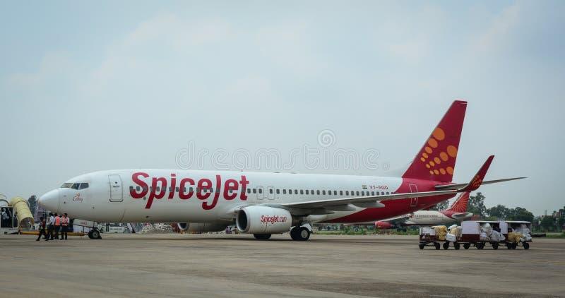 Aeroplano di SpiceJet sulla pista all'aeroporto a Jammu, India fotografie stock libere da diritti