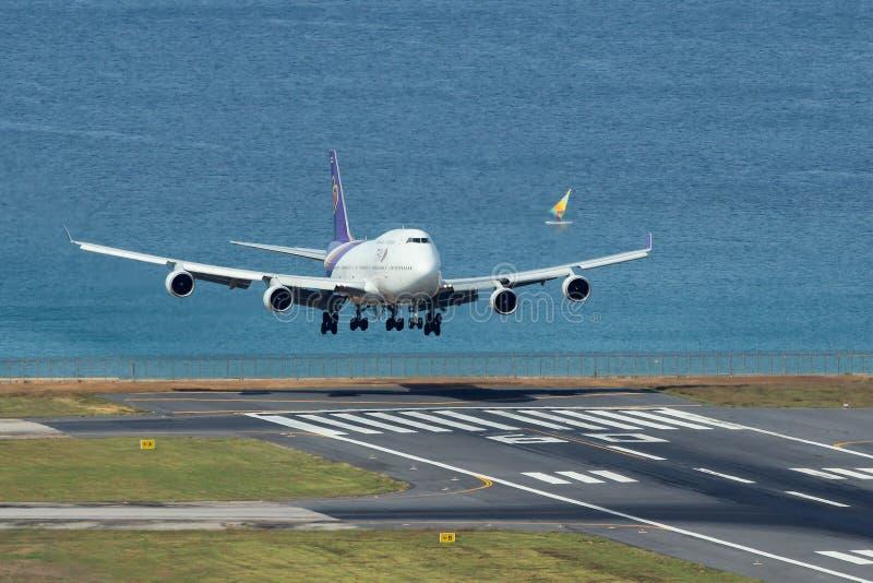 Aeroplano di Thai Airways International Boeing 747-400 che atterra immagine stock