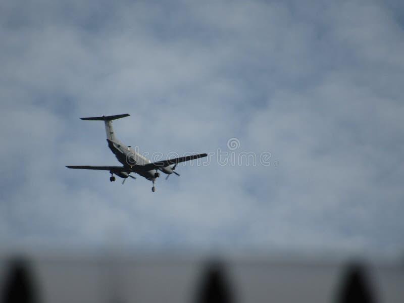 Aeroplano en el aterrizaje del cielo fotografía de archivo