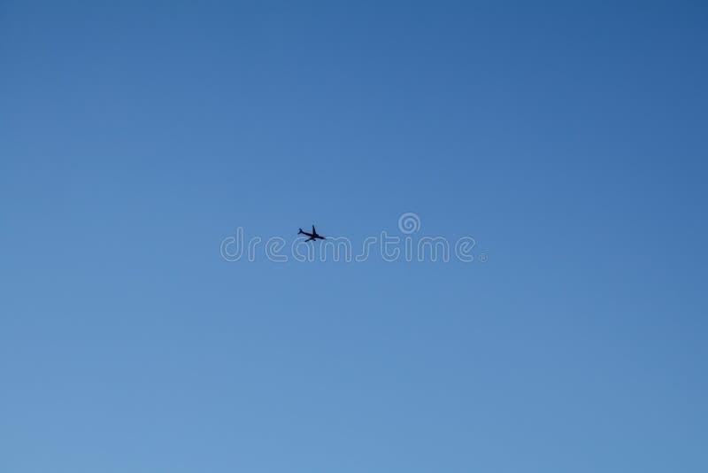 Aeroplano en el cielo azul foto de archivo libre de regalías