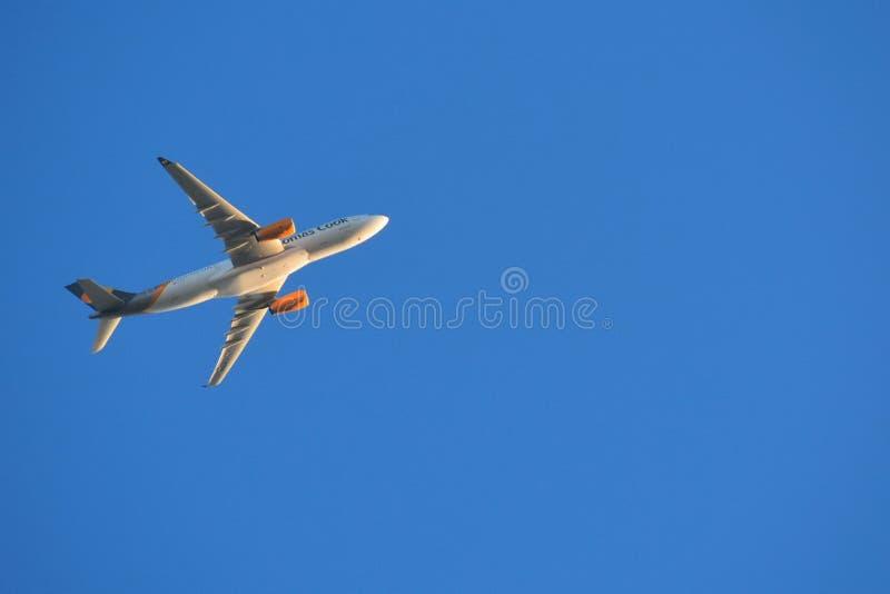 Aeroplano en el cielo azul en la salida del sol cerca del aeropuerto fotografía de archivo