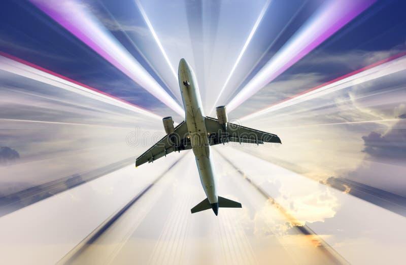 Aeroplano en fondo divergente de los rayos imagen de archivo