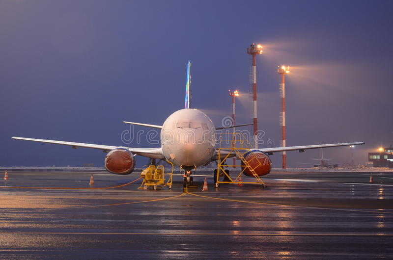 Aeroplano en la noche imagen de archivo