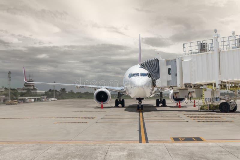 Aeroplano en la puerta del aeropuerto foto de archivo